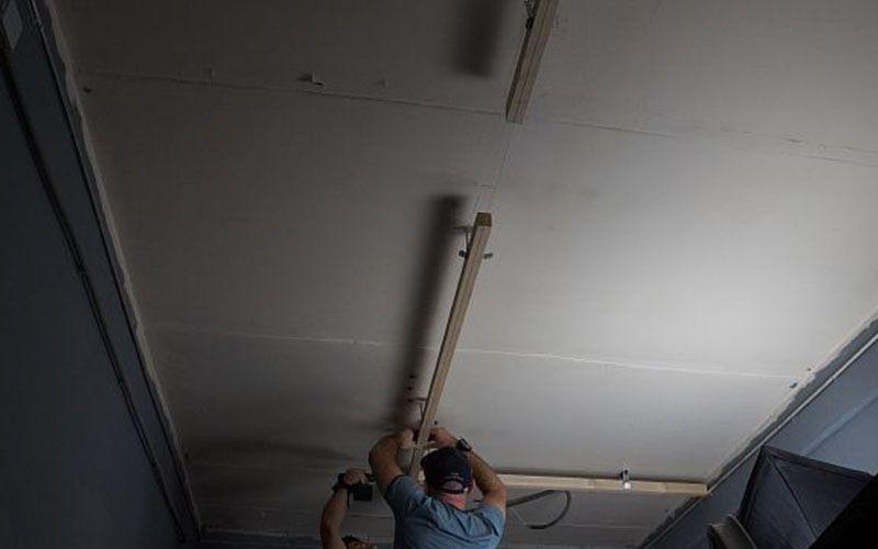 Монтаж шинопровода к потолку