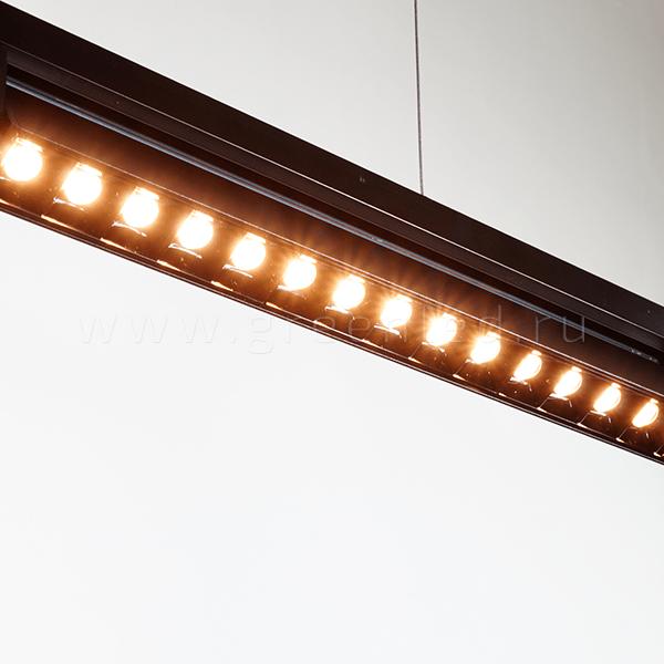 Трековый LED светильник TRV-L01, черный, включен на шинопроводе